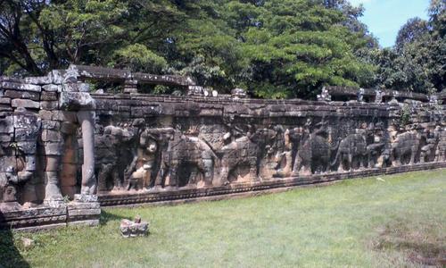 20南北に伸びる象のレリーフ